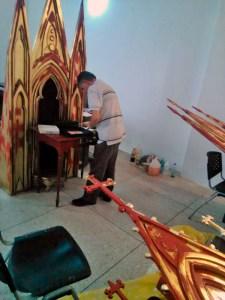 Especialista limpia el mobiliario tras el incendio en la iglesia San Rafael de El Moján. Municipio Mara, estado Zulia. Foto archivo Alcaldía de Mara.