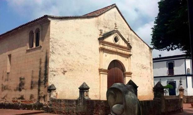 Fachada y lateral izquierdo de la catedral Nuestra Señora de La Asunción, del estado Nueva Esparta. Foto Eduref_Tripdadvisor.com.ve, dic. 2015.