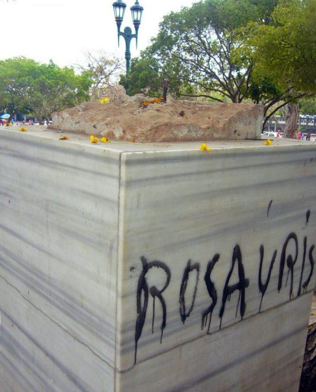 El pedestal del monumento a Ricardo Aguirre sin el busto y grafiteado. Maracaibo, Zulia. Foto Wilmer Villalobos, mayo de 2019.