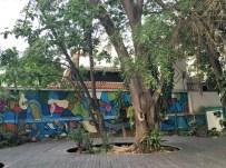 El sistema de iluminacion del jardín urbano ha sufrido los embates del hampa. La Florida, Caracas. Foto Armando Báez, abril 2019.