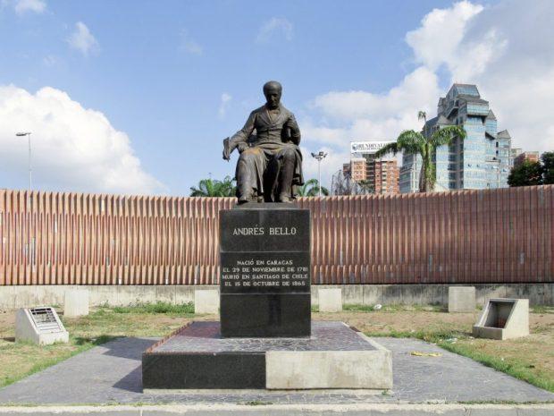 Escultura Andrés Bello en plaza Venezuela, Caracas. Foto Luis Chacín, mayo de 2019.