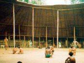 Las fiestas yanomamis se hacen en el interior del shabono, su vivienda común. Foto blog ArquitecturayeEmpresaes