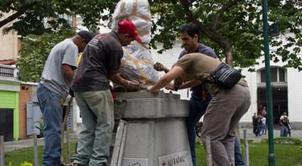 Obreros de la alcaldía de Caracas reinstalan busto de Alí Primera en la plaza que hoy lleva su nombre, antigua Padre Sojo. Foto Prensa Alcaldía de Caracas, 2015.