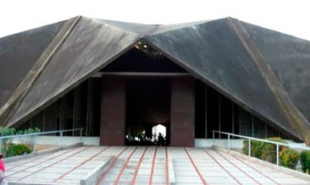 Entrada de la iglesia San Vicente de Paúl. Maracaibo, estado Zulia. Foto Juan Fermín Montiel / Google Maps, septiembre 2018.