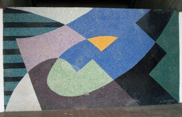 Mural de Armando Barrios, sin título, de 1957. Ubicado en el exterior del estadio universitario de la UCV. Foto Wikimedia Commons.