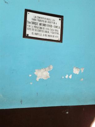 Placa conmemoriativa y pared con deterioro. Foto: Alejandra Suárez.