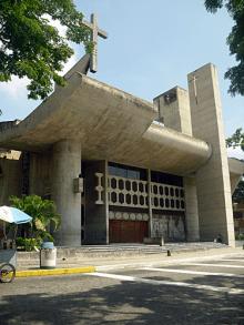 Fachada principal de la catedral de San Felipe con su cruz hecha en madera, el campanario y los murales escultóricos realizados por el artista venezolano Bogen. Foto: Mildred Maury.