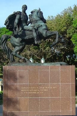 La estatua ecuestre de Bolívar, instalada en 1987, es réplica de la de Caracas.