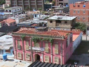 La edificación del Ateneo de Tucacas se extiende por una cuadra.