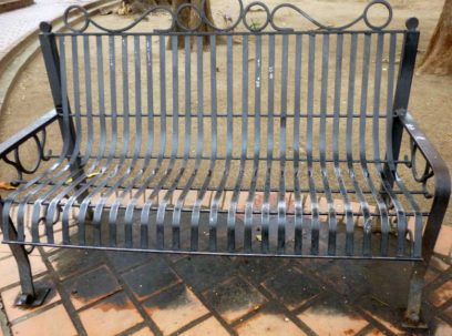Baldosas sucias y patas de los bancos oxidadas. Foto Marinela Araque.