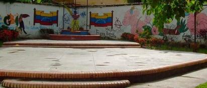 Busto vandalizado en el año 2007. Foto archivo del cronista Barinas,