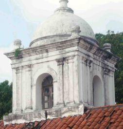 Detalle del mohoso campanario en 2011. Foto Marinela Araque.