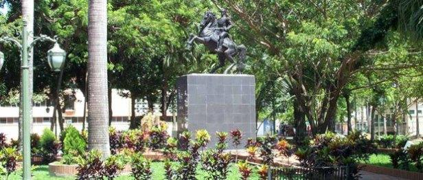 Estatua ecuestre de Bolívar, entre jardines. Año 2006. Foto archivo del cronista de Barinas.