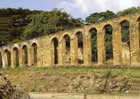 El acueducto colonial Tiquire Flores tiene 32 arcos. Foto Lina U. Hernández / Wikimedia Commons.