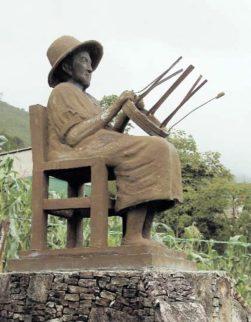 Monumento a Adelina Ramírez de Castro, venerable artesana de la cestería en El Abejal. Foto Instituto del Patrimonio Cultural, IPC.