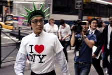 i-love-ny-nyc-heart-new-york-t-shirt-street-photography-fifth-ave-streettogs-candid-portrait-statue-of-liberty-manhattan