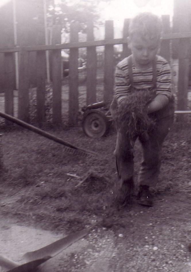 HADDEN Ian working in backyard May 1958