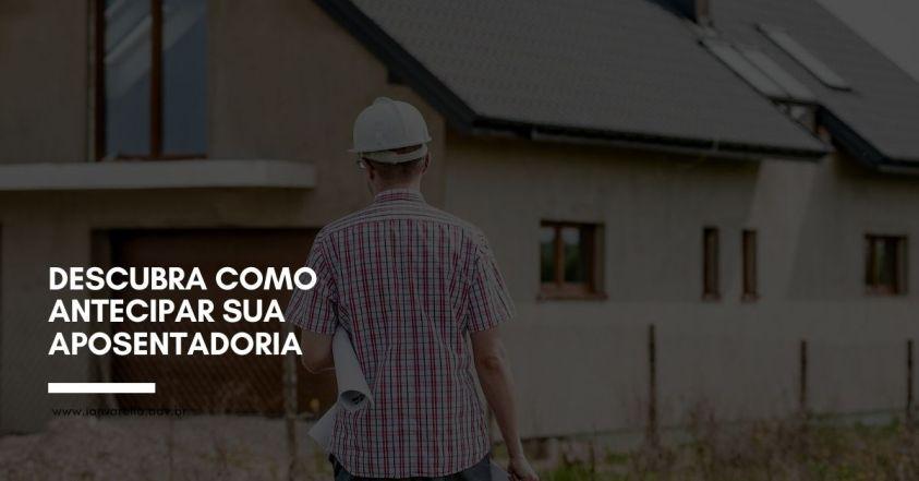 Foto de homem segurando papéis observando uma construção de casa