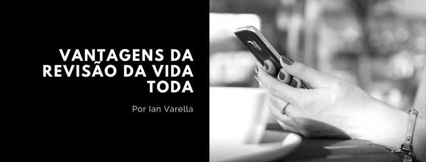 imagem de capa do texto Revisão de Vida Toda composta pelo título e pela foto de uma mulher verificando a tela do celular