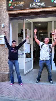 Pali y Toto frente al local de la asociación D'Genes, en Totana, Murcia, España