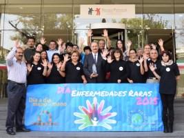 Afuera de las instalaciones del Seguro Popular, el equipodel Seguro Popular, en alianza con Proyecto Pide un Deseo México y FEMEXER, elevamos las manos por el Día de las Enfermedades Raras 2015
