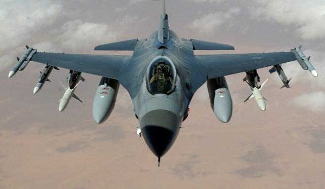 F-16 Fighting Falcon flies