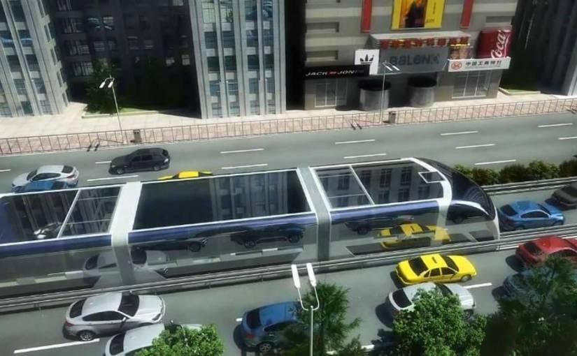 Un bus géant qui se conduit sur les voitures