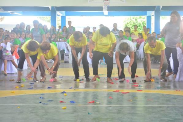 Masayang naglaro ang mga retired teachers ng karera ng sisiw.