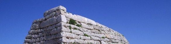 Naveta dels Tudons, a Ciutadella de Menorca