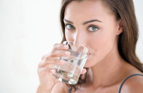 Wie man kaltes Wasser trinkt, um Gewicht zu verlieren