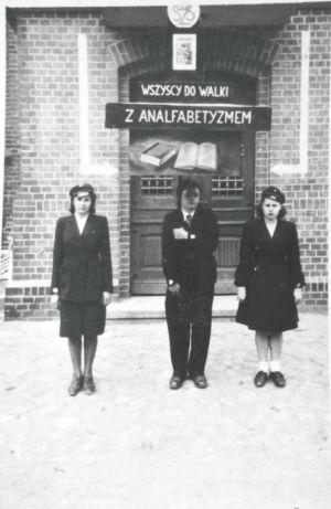 Jerzy Wróbel trzyma transparent.