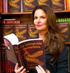 La escritora Ibiza Melián con su libro La corrupción inarmónica