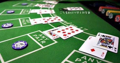 百家樂|凱利公式、介紹、教學、策略,百家樂英文為Baccarat , 在義大利語中的意思就是「0」,源起於法國的一種紙牌遊戲 , 流行於歐洲各地。20世紀由葉漢先生將Baccarat從美國引入澳門 , 並為其起了一個具有東方色彩的名字「百家樂」。