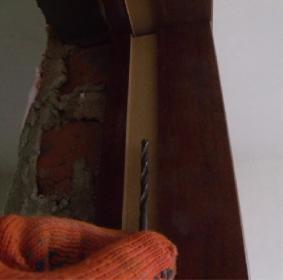 Сверлить коробку нужно сверлом по дереву диаметром 4 мм