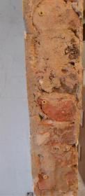 Установка пластиковых дюбелей в отверстия в стене