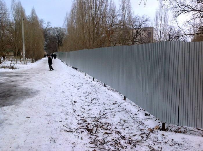 Жители Кировского района вышли к ТЦ «Колизей»