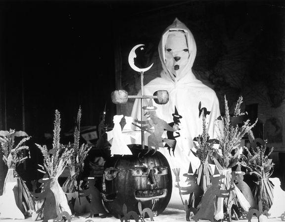 halloween-100-years-ago-moon_28099_600x450