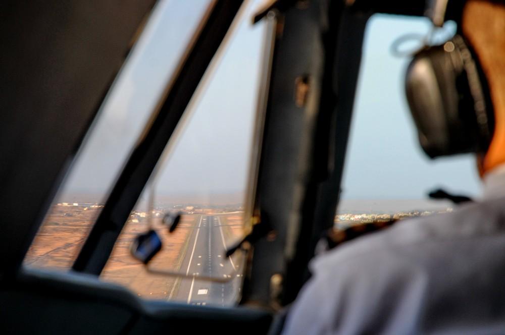 Посадка самолета Л-410. Вид из кабины пилота