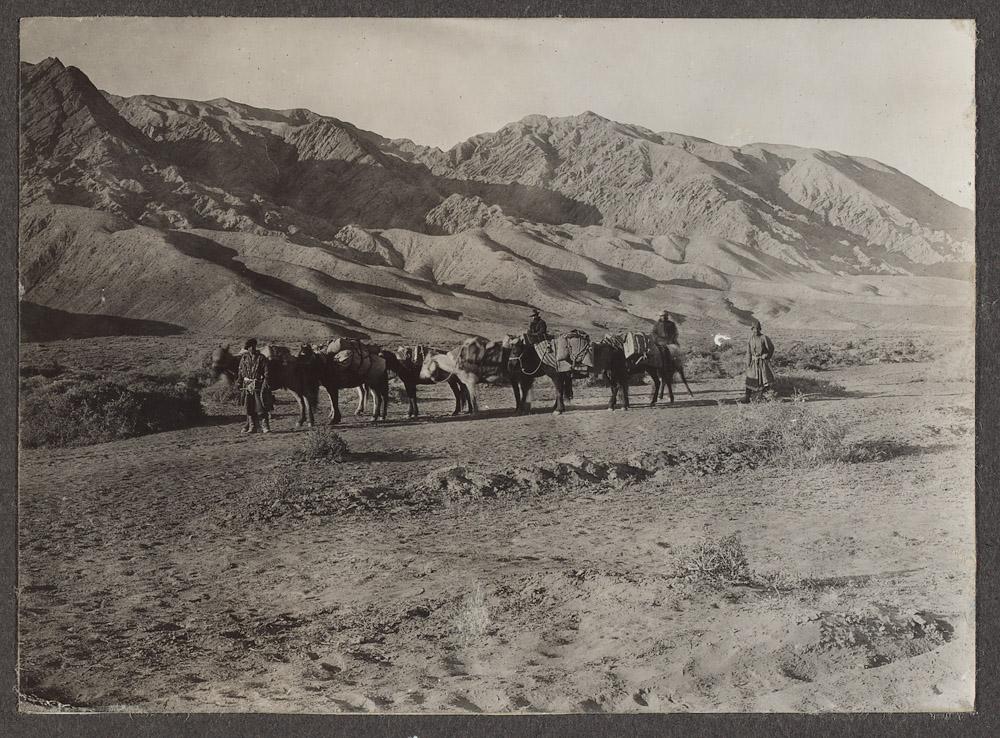 1910,一列從奧什前往喀什的俄國隊伍,他們也帶了八匹馬,從他們的樣子,可以想見凱薩琳一行人的模樣。