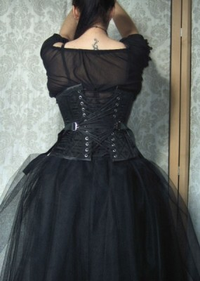 Fan-laced underbust corset by Serindë Corsets (France)