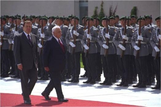 Visite du Premier ministre Ariel Sha ron en Allemagne. Avec le Chancelier Gerhard Schroder avant d�entrer au Bundenstag � Berlin 5 juil. 2001