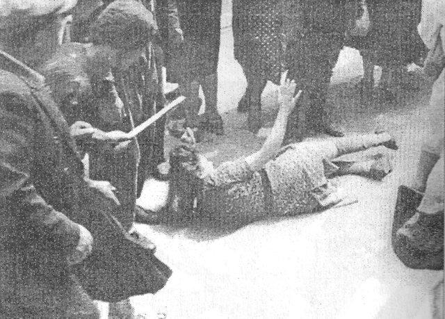 Львов июль 41 погром  (женщину бьют палками)