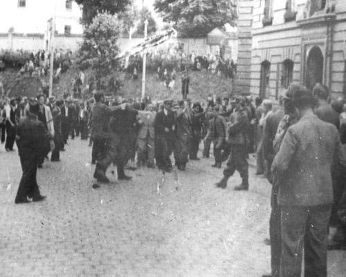 Львов Возле тюрьмы на Лонцкого  ул.Сапегов. (полицай с повязкой)