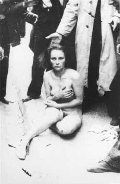 Женщина голая сидит