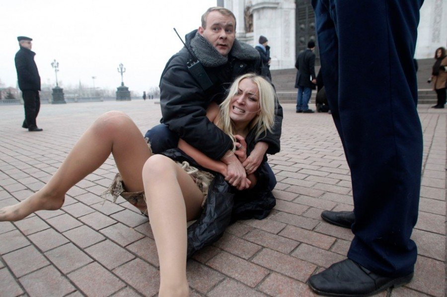 A-security-guard-detains-an-activist-of-Ukraines-protest-group-Femen-outside-the-Christ-the-Saviour-cathedral-in-Moscow-on-December-9-2011.-The-post-election-protests-in-Moscow-drew-thousands-and-continued-for-several-days-i-960x639