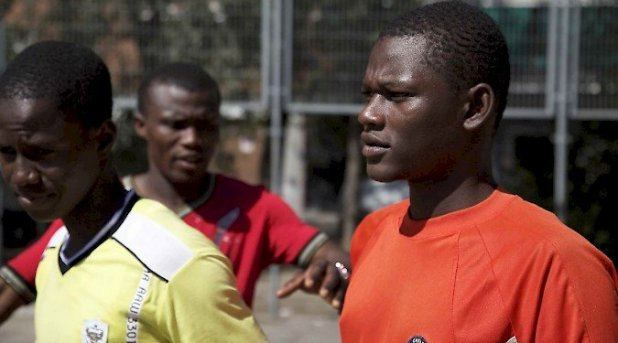Black diamonds tells the long journey undertaken by two young boys from Mali who arrive in Spain after being persuaded to pursue their dream of escaping from poverty by becoming professional football players