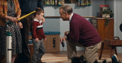 Tom Hanks stars as Mr. Rogers in A BEAUTIFUL DAY IN THE NEIGHBORHOOD (2019)