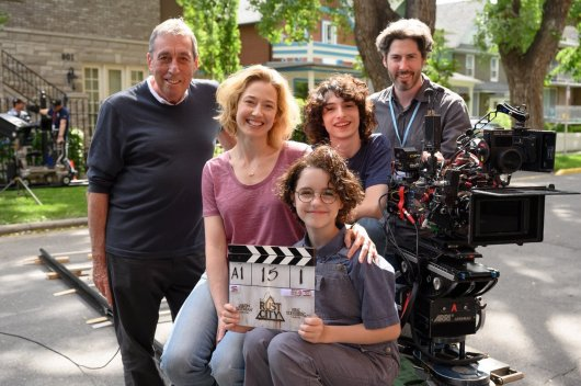 On set with: Ivan Reitman (original GHOSTBUSTERS director), Carrie Coon (mother Callie), Finn Wolford (son Trevor), Mckenna Grace (daughter Phoebe), and director Jason Reitman, GHOSTBUSTERS: AFTERLIFE (2020)