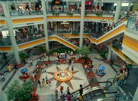 A 1980s shopping mall court in WONDER WOMAN 1984 (2020)