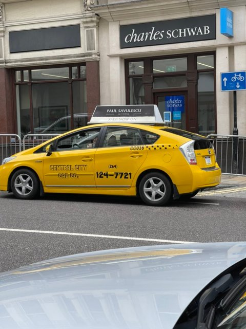 A cab in Central City, the metropolis that's home to Barry Allen in THE FLASH (2022)
